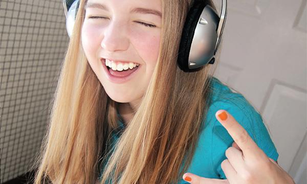 happy-girl-headphones