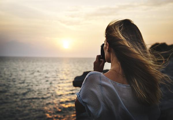 camera-girl-sea
